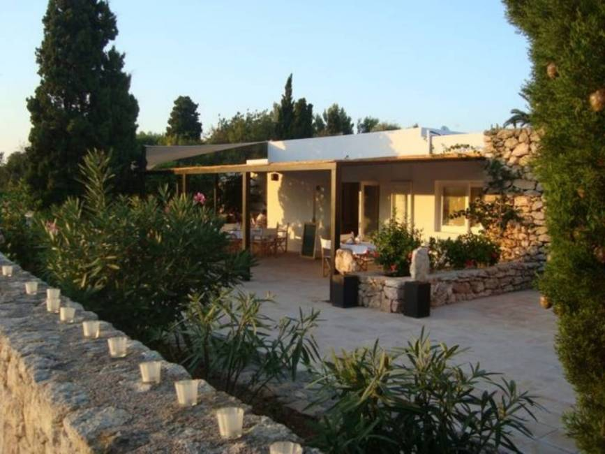 Convenient house on a first floor with restaurant permit first line to the golf course in Roca Llisa