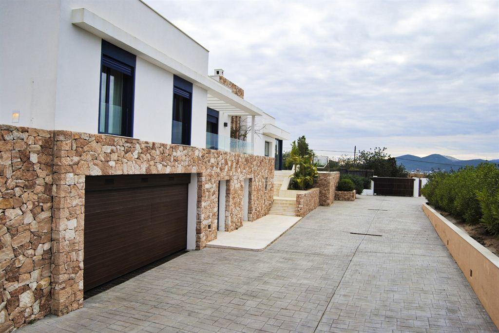 Modern villa in Jesus with cultivated garden