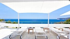 Villa in first sea line in the privileged residential complex Vista Alegre with rental license