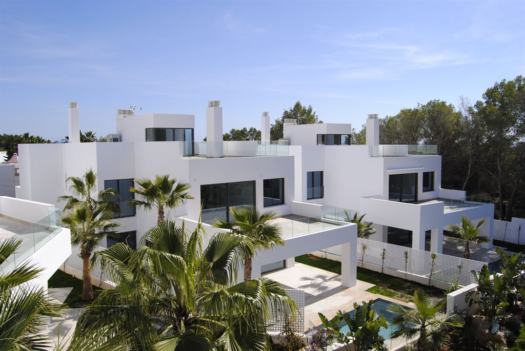 Newy built luxurious villa a few meters from the beach in Cala Llenya for sale
