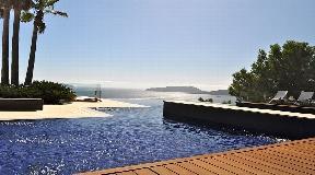 Supermodern villa on the cliffs of Cala San Vincente