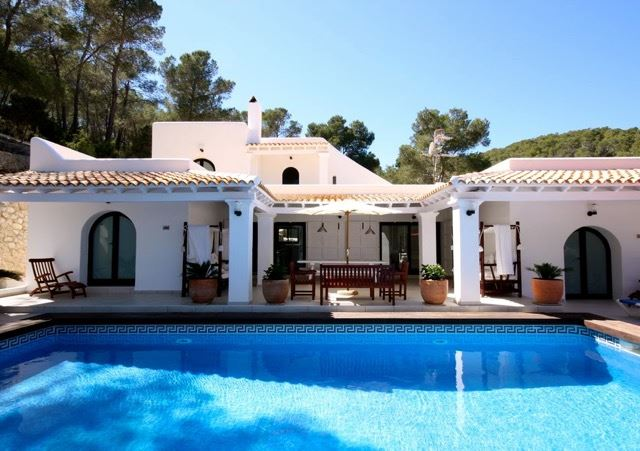 Huge property ideal for large families with a dreamlike garden with many fruit trees and tennis court
