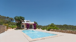 Superb villa for sale in Ibiza with nice sea views