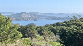 Two independent houses and land of 17.000 m2 in Es Cubells