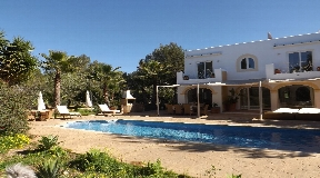 Superb 4 bedroom villa and 2 bedroom guest house for sale in Porroig