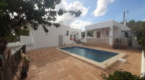 House on Ibiza with an area of 230m2 with 58m2 outbuilding and swimming pool