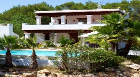 Wonderful villa for sale is ideally situated between Santa Gertrudis and San Lorenzo