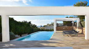 Large newly renovated modern villa with garden and pool for sale