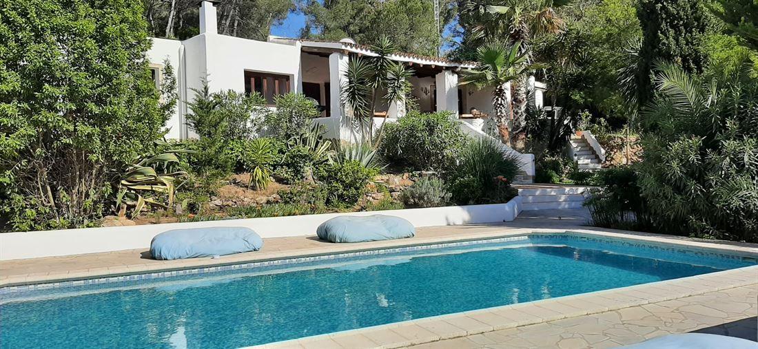 Superb villa in private urbanization 10 minutes from Ibiza for sale